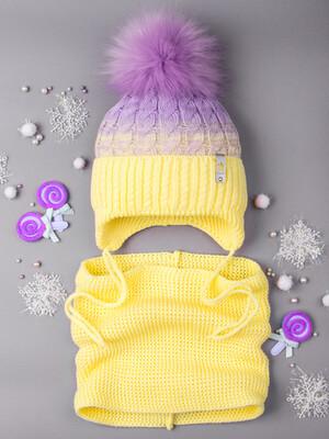 Шапка вязаная для девочки с помпоном на завязках, двухцветная, нашивка корона + снуд, шафрановый