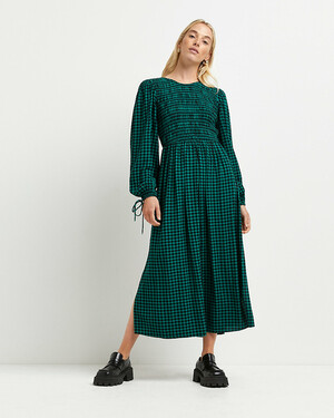 Зеленое платье миди в мелкую клетку со сборками