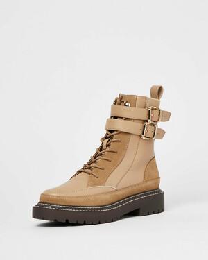 Бежевые ботинки с ремешком на щиколотке