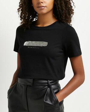 Черная футболка с графическим принтом