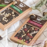 Темный шоколад с сосновой шишкой, вяленой вишней и кедровым орехом